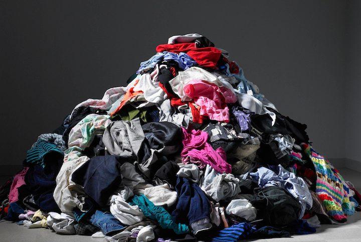 Фото горы инфицированной одежды